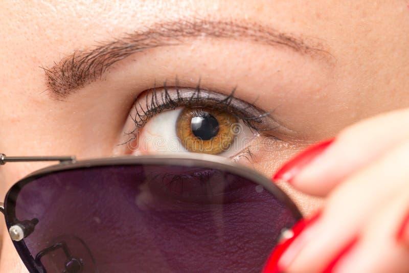 太阳镜和眼睛 关闭 库存照片
