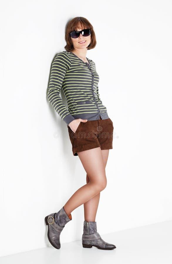 太阳镜和短裤的妇女 免版税库存照片