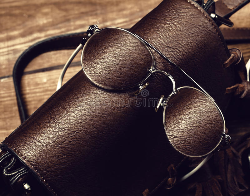 太阳镜和袋子 免版税库存照片