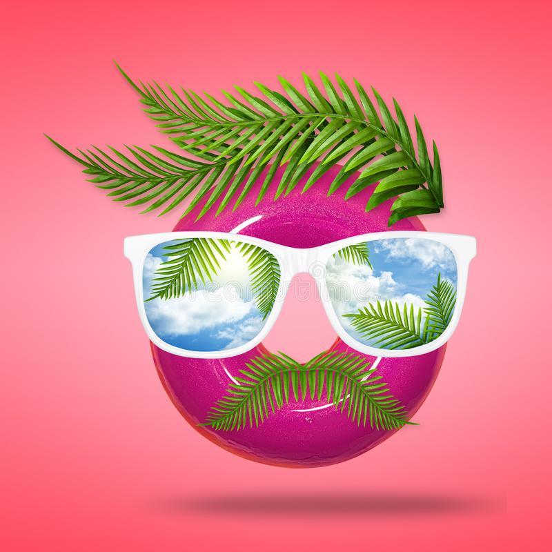 太阳镜夏天最小的概念 愉快的假期和旅行的创造性的布局 创造性的人面孔做了多福饼与 库存照片