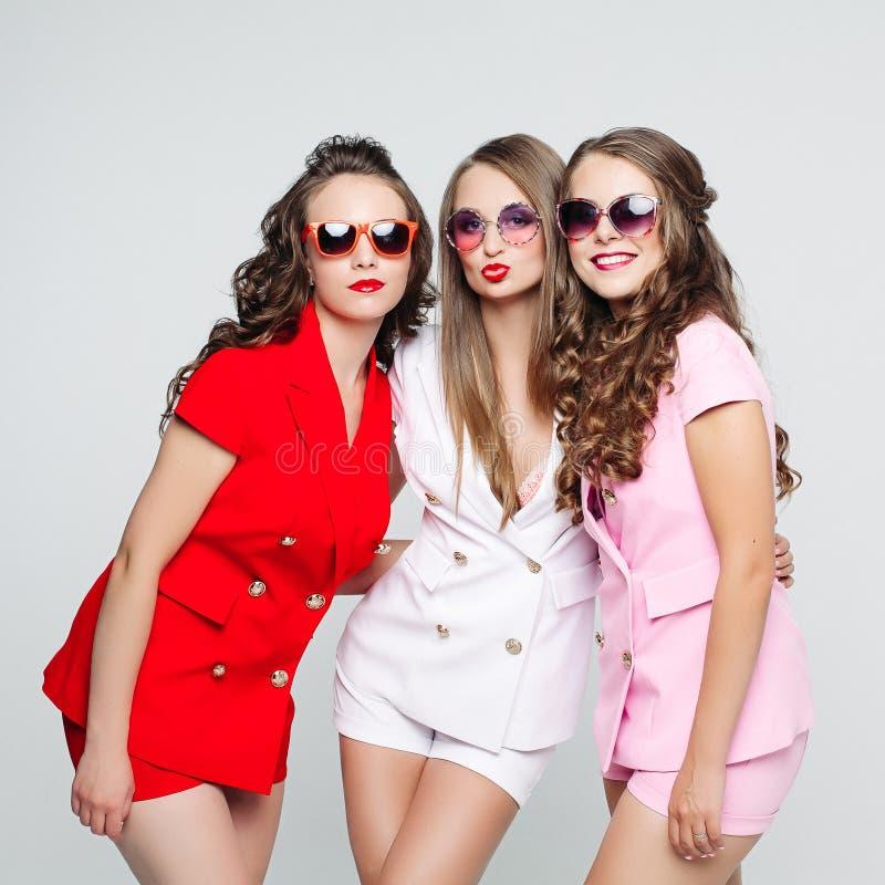 太阳镜的俏丽的女朋友和在丝毫的时兴的衣服 免版税图库摄影