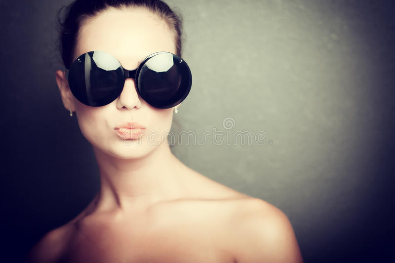 太阳镜的女孩 免版税图库摄影