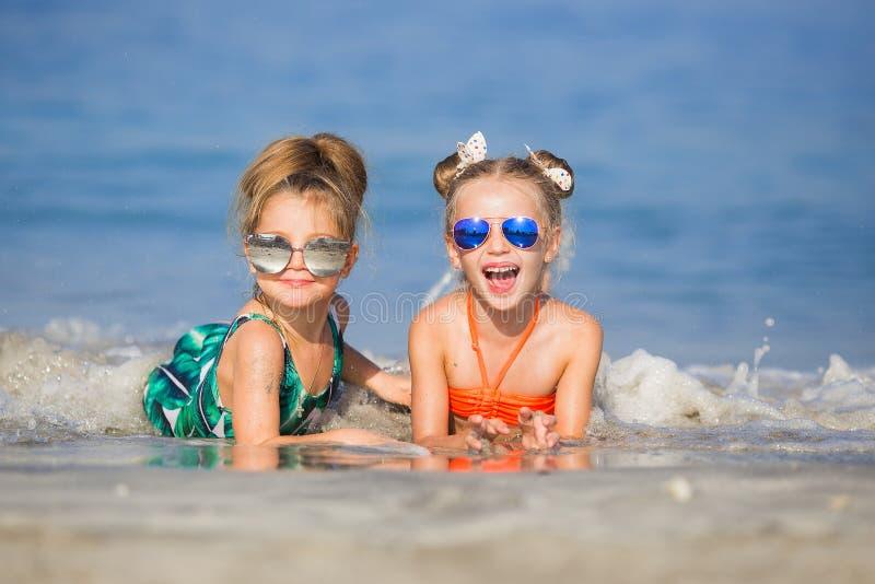 太阳镜的愉快的女孩在海 免版税库存照片
