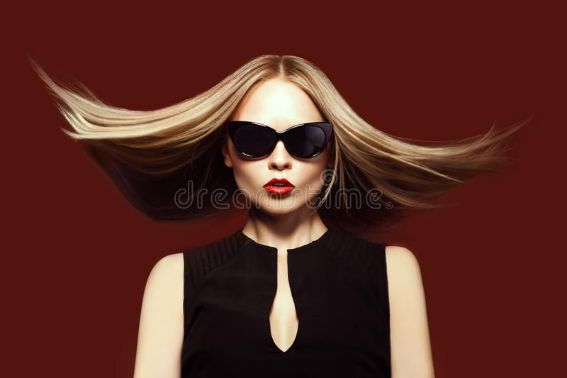 太阳镜的时尚妇女,演播室射击。专业构成 免版税库存图片