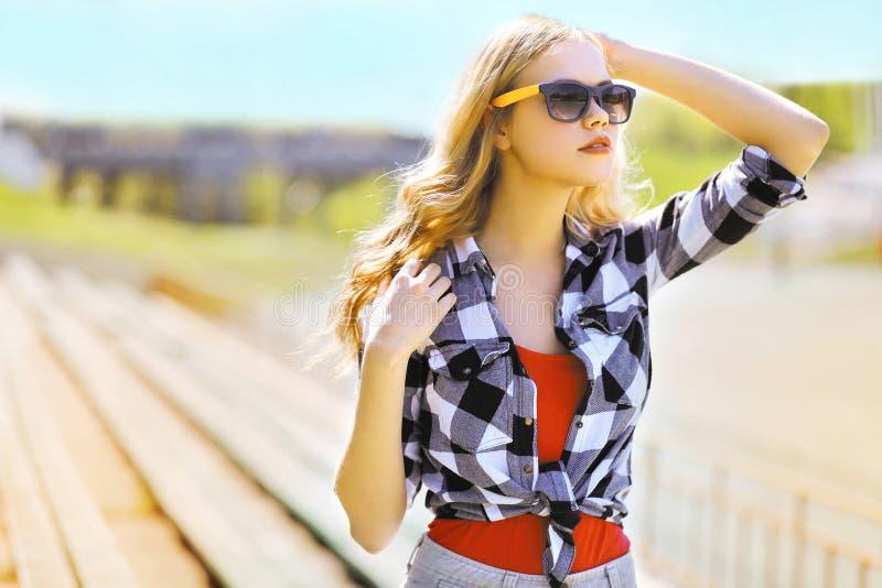 太阳镜的时尚画象时髦的妇女 库存图片