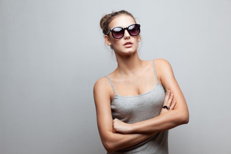 太阳镜的时髦女孩 图库摄影