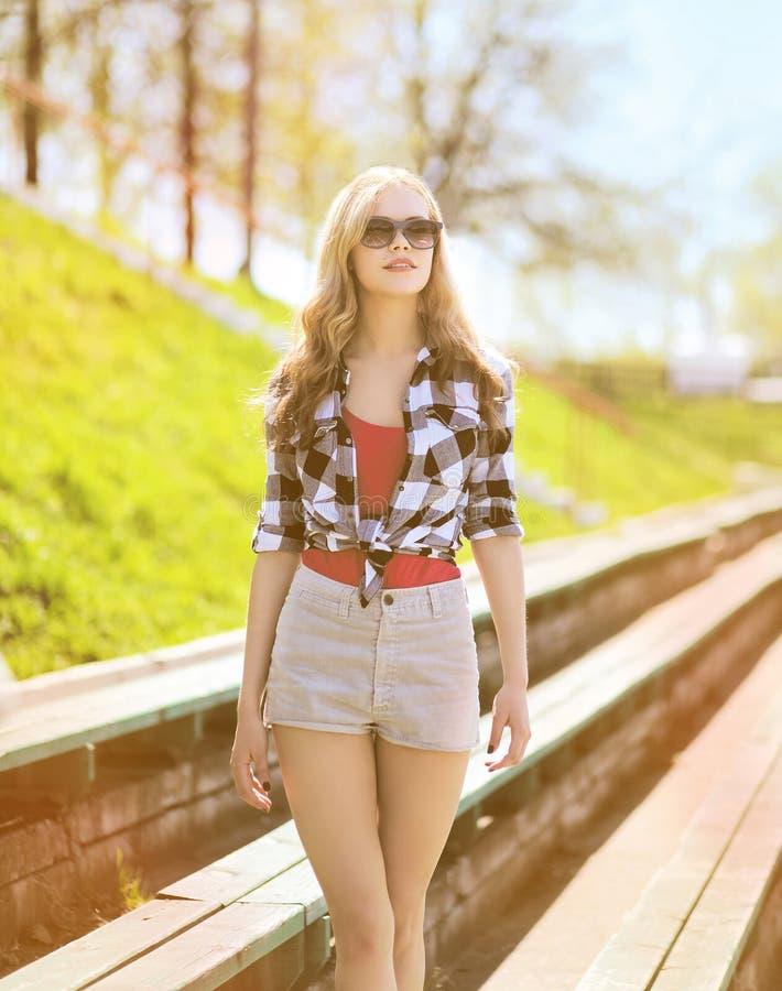 太阳镜的时髦的妇女,夏天晴朗的画象 库存照片