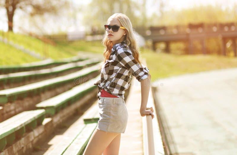 太阳镜的时髦的行家女孩 库存照片
