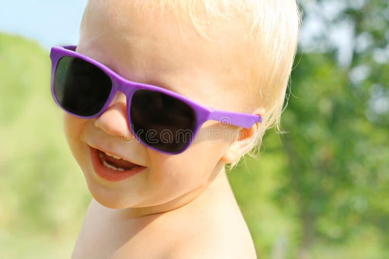 太阳镜的熟悉内情的婴孩 免版税库存照片