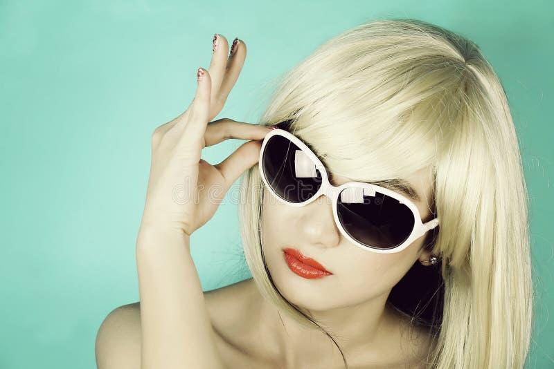 太阳镜的美丽的妇女,一个可爱的少妇的画象 免版税图库摄影