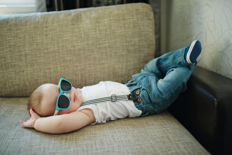 太阳镜的逗人喜爱的小男孩 免版税库存照片