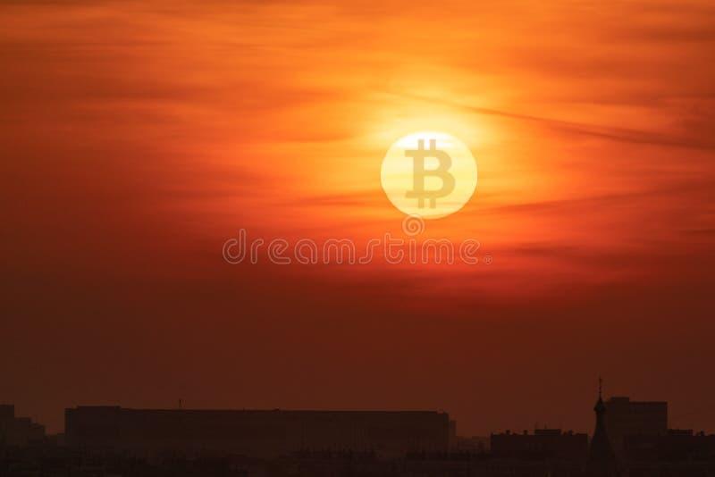 太阳,与隐藏货币Bitcoin标志的日落 下跌的货币概念 免版税库存照片