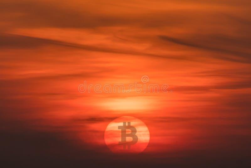 太阳,与隐藏货币Bitcoin标志的日落 下跌的货币概念 图库摄影
