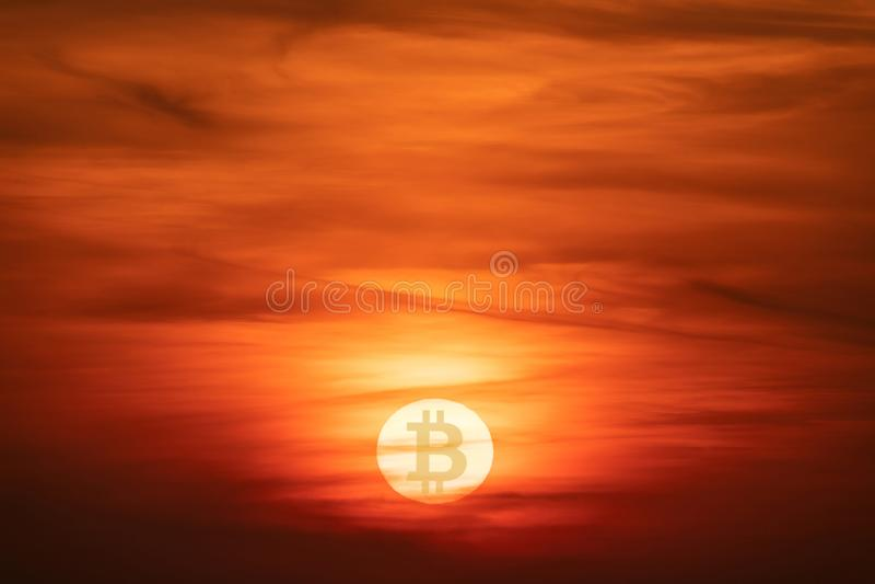 太阳,与隐藏货币Bitcoin标志的日落 下跌的c 库存照片