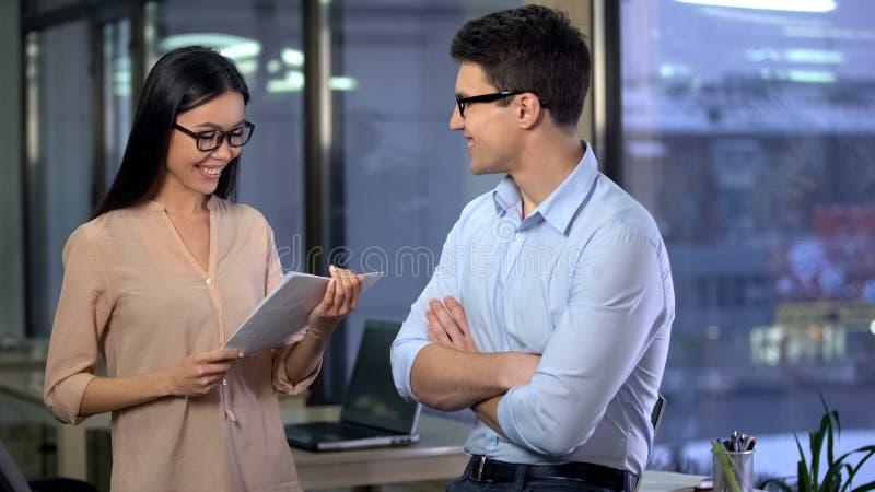夫人上司喜欢与男性新闻工作者准备的材料,成功在工作 库存图片