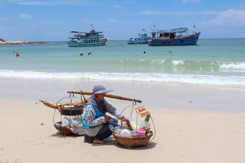 夫人从她的销售食物运载在海滩典型在泰国样式 免版税图库摄影