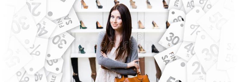 夫人半身画象在购物中心 黑色星期五 免版税库存照片