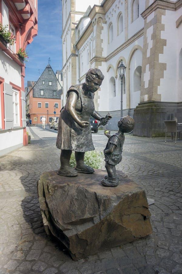 夫人和孩子的古铜色雕象 免版税库存图片