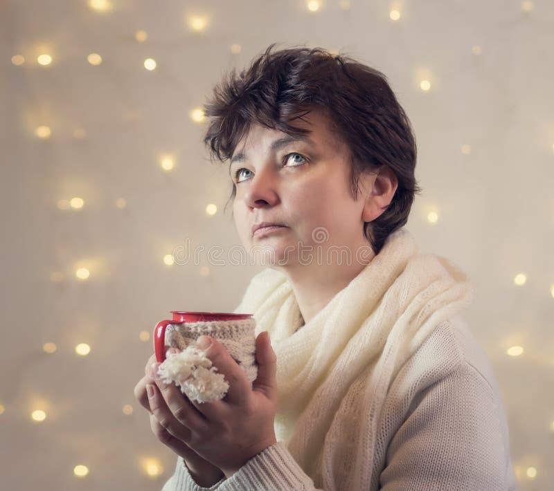 夫人喝从杯子的热巧克力 图库摄影