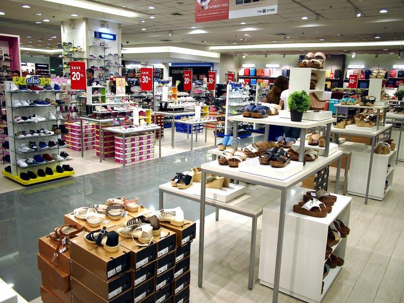 夫人在显示的`鞋子在SM城市购物中心的鞋子部门在Taytay市,菲律宾 库存照片