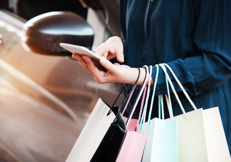 夫人在网上购物的手机紧迫的特写镜头 免版税库存图片
