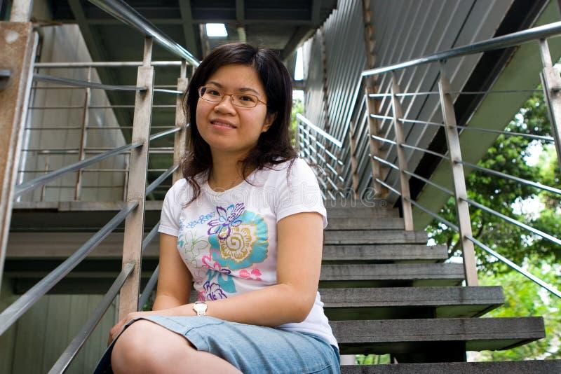 夫人坐的台阶年轻人 免版税图库摄影