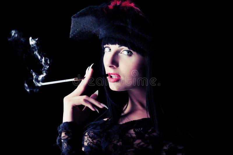Download 夫人抽烟 库存照片. 图片 包括有 方式, 黑暗, 赤裸, botanics, bonneville, 爱好健美者 - 22355792