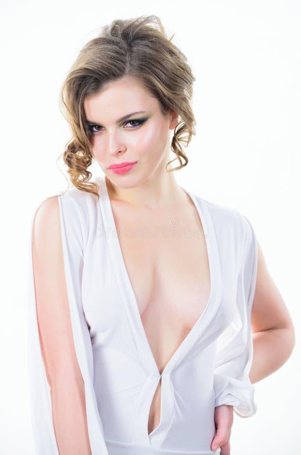 夫人有吸引力的性感的模型 有吸引力低颈露肩与乳房 有深低颈露肩的女服礼服 卷曲的女孩 免版税库存图片