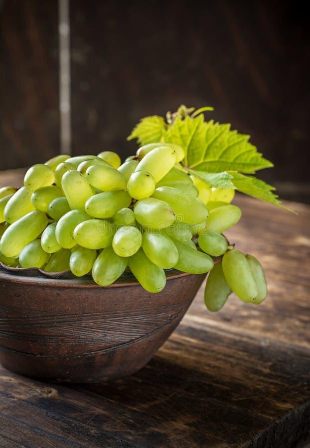 夫人的手指葡萄品种在褐色的 库存照片