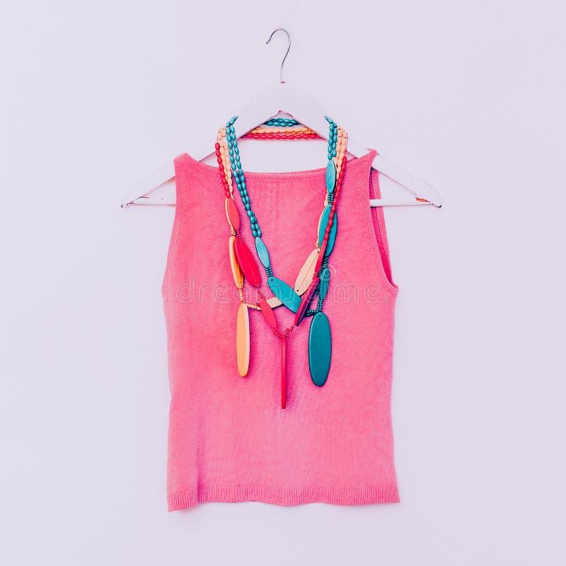 夫人的时尚 与明亮的颜色衬衣的木小珠 香草s 免版税库存照片
