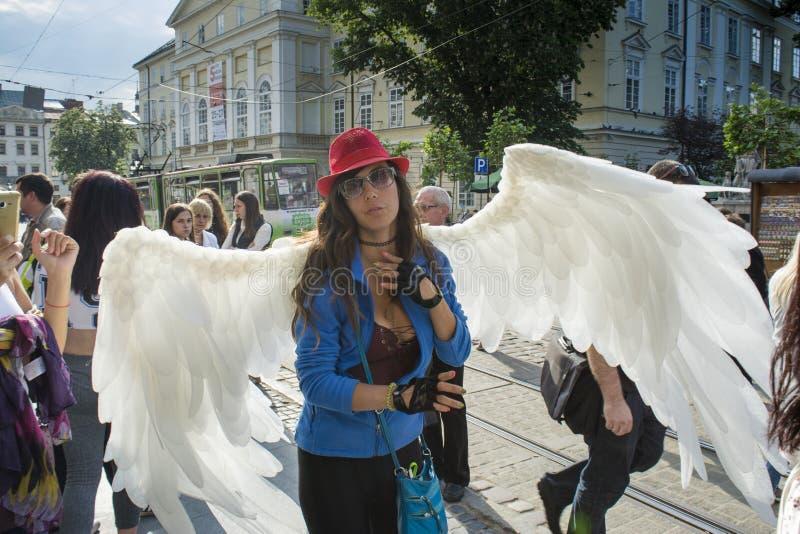 夫人穿戴了象卖在街道上的天使无刺指甲花纹身花刺 库存照片