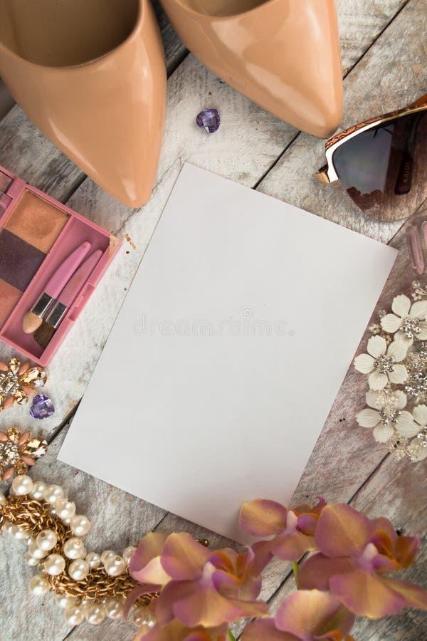 Download 夫人背景-鞋子、唇膏、指甲油、耳环和白色木背景 库存图片. 图片 包括有 方式, 唇膏, 女孩, 查找, 特写镜头 - 72369627