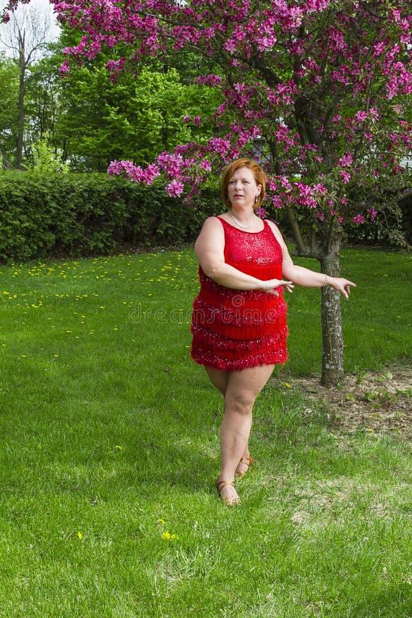 夫人舞蹈家在树下 库存照片