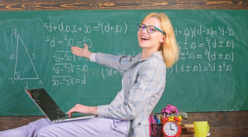 夫人讲师知道怎么保持联系现代一代 现代一代的老师 学习在非正式环境里 图库摄影