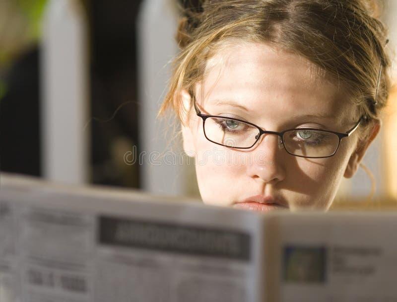 夫人读取年轻人 库存图片