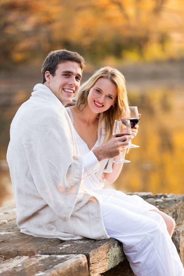 夫妇一揽子酒日落 免版税库存照片