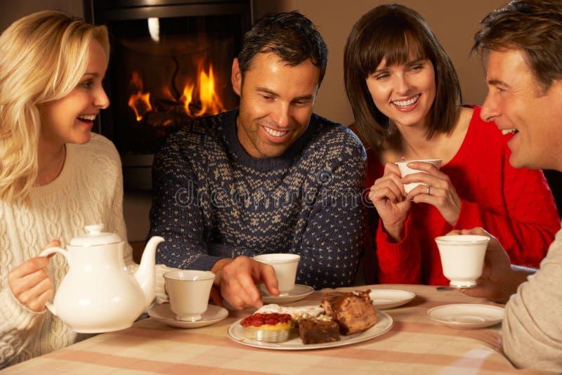夫妇一起享用茶和蛋糕的组 免版税库存图片