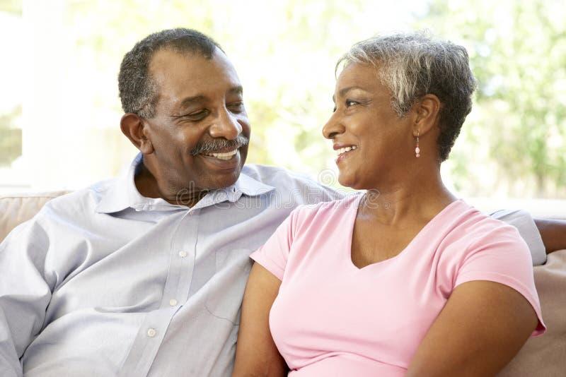 夫妇一起回家放松的前辈 库存照片
