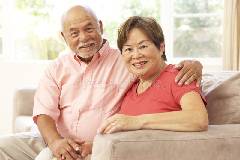 夫妇一起回家放松的前辈 免版税库存图片