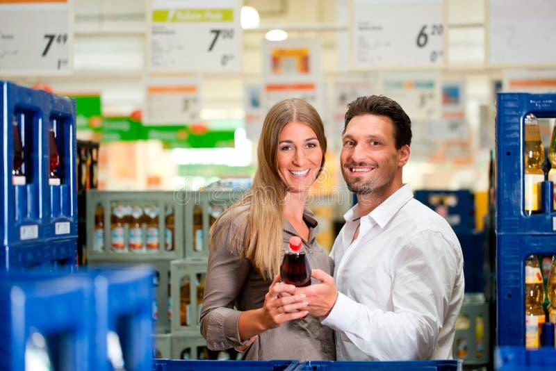 夫妇一起购物超级市场年轻人 免版税库存照片
