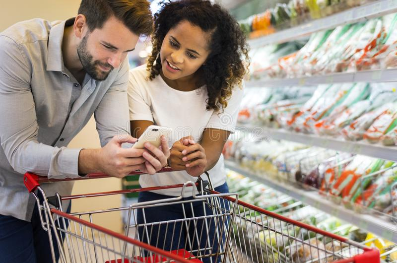 夫妇一起购物超级市场 免版税库存图片