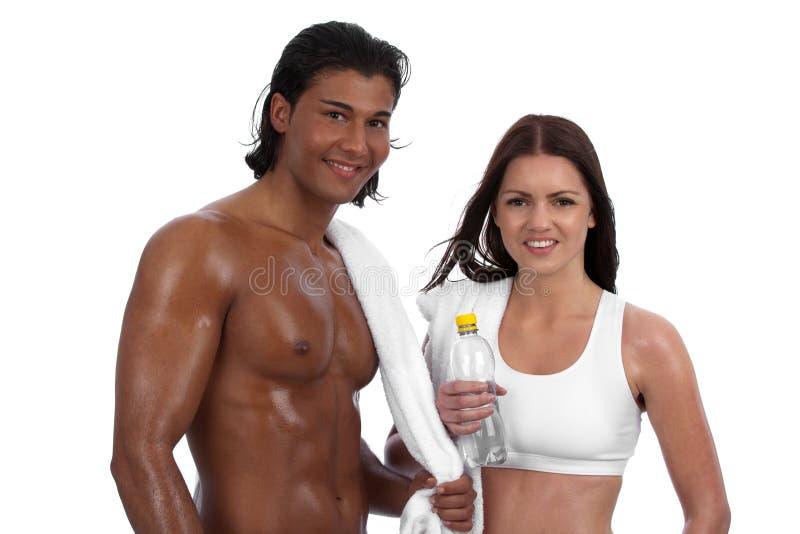 夫妇不同的适应愉快的锻炼年轻人 库存图片