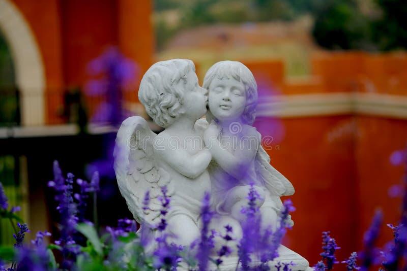 夫妇丘比特雕象亲吻 免版税库存照片