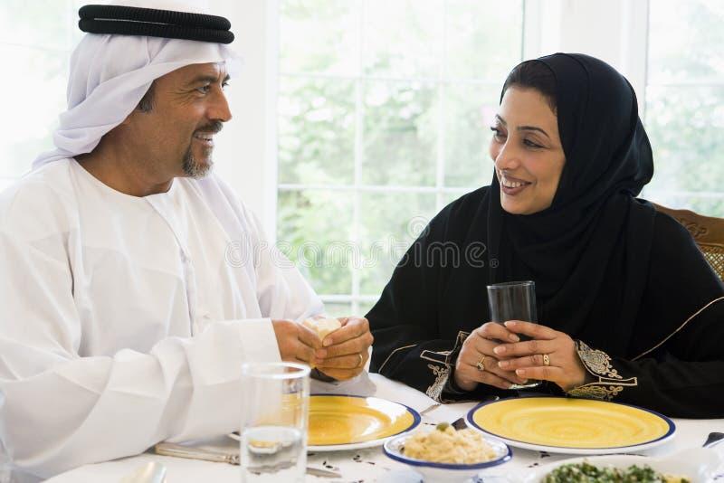 夫妇东部享用的膳食中间名 免版税库存照片