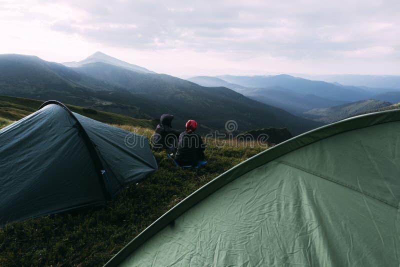 夫妇临近在山特写镜头的帐篷 图库摄影