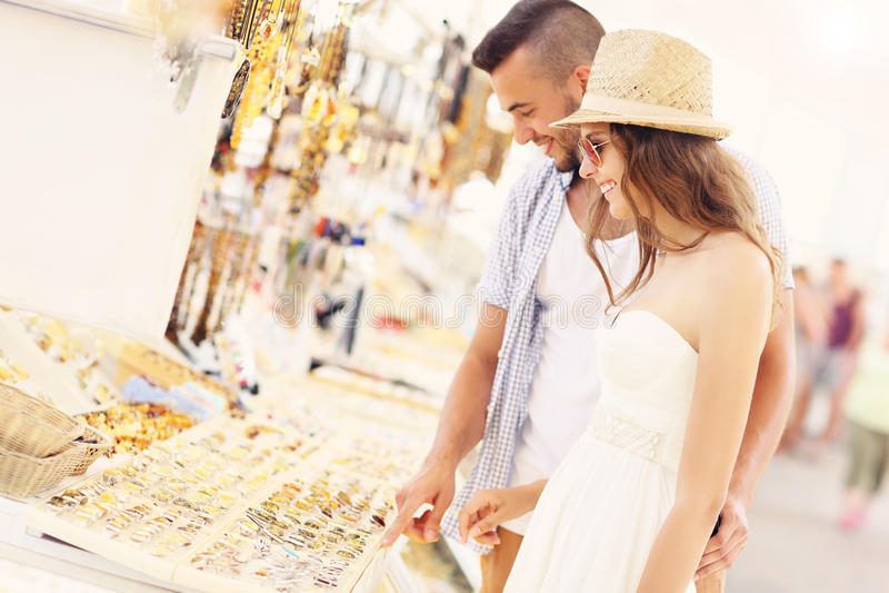 年轻夫妇买的纪念品 免版税库存照片