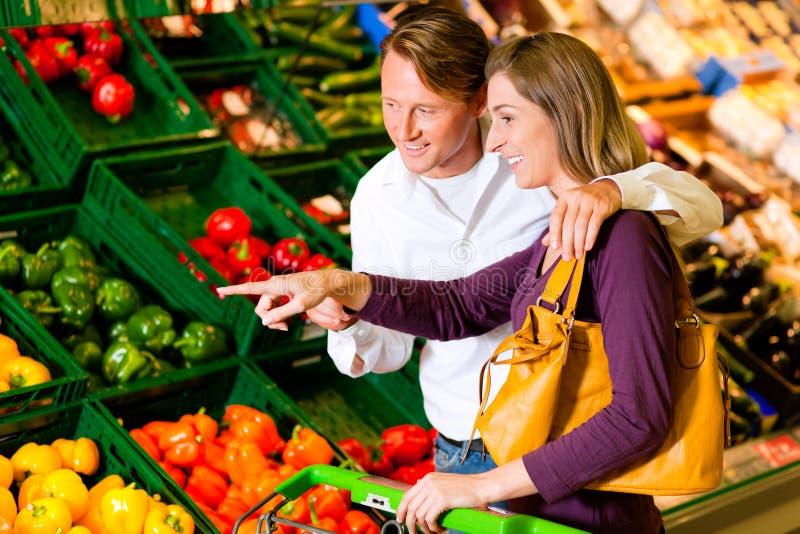 夫妇买菜超级市场 库存照片