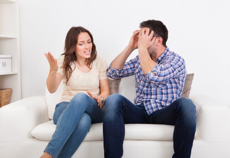 夫妇争吵的年轻人 库存照片