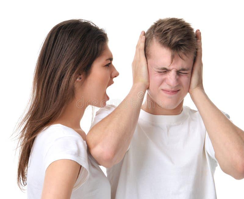 年轻夫妇争论互相妇女呼喊的叫喊 免版税库存照片