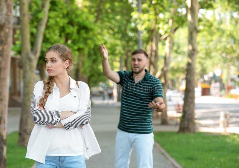夫妇争论在街道上 在关系的问题 库存图片